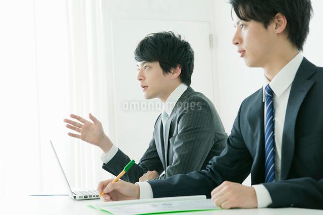 打ち合わせする会社員の写真素材 [FYI01439803]