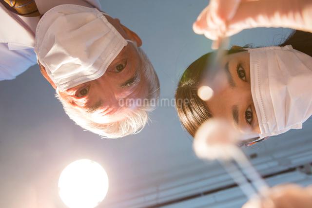 マスクをした歯医者2人の写真素材 [FYI01439826]