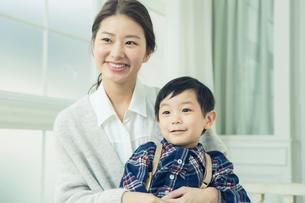 子供を抱きかかえる母親の写真素材 [FYI01439860]