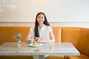 カフェにいる20代女性の写真素材 [FYI01439862]
