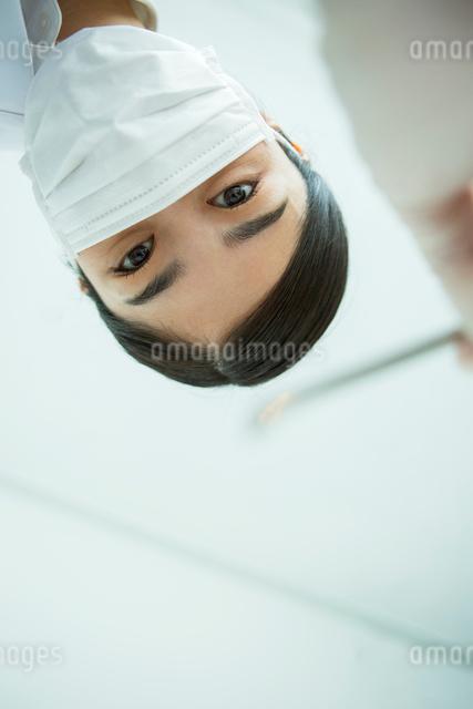 マスクをした30代女性歯医者の写真素材 [FYI01439897]