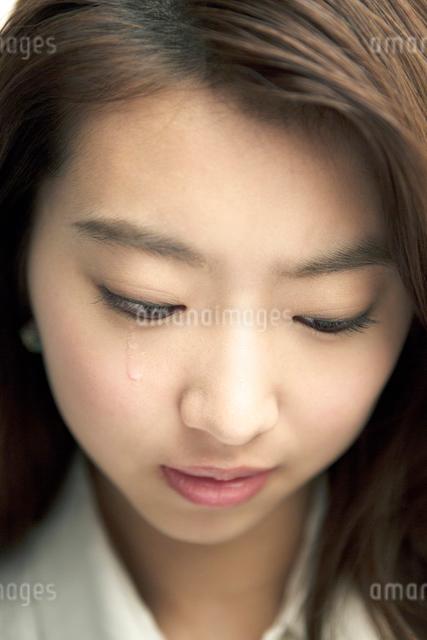 涙を流す20代女性の写真素材 [FYI01439914]