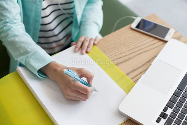 勉強をする手元の写真素材 [FYI01439932]
