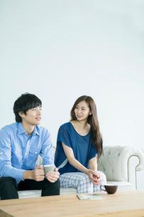 ソファーに座る20代男女の写真素材 [FYI01440016]