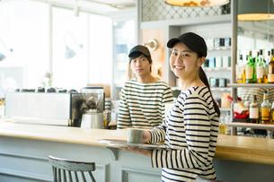 20代男女カフェ店員の写真素材 [FYI01440078]