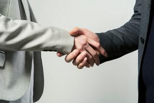 握手をする手元の写真素材 [FYI01440082]