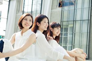 仲良し20代女性3人の写真素材 [FYI01440107]