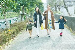 散歩をする2組の家族の写真素材 [FYI01440118]