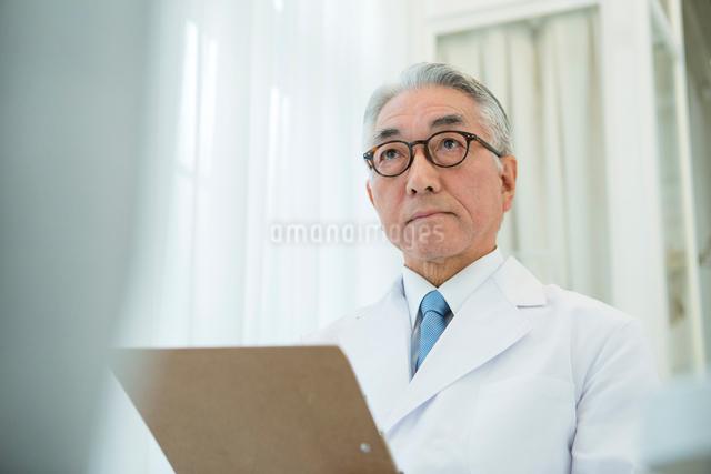 白衣を着た70代男性医師の写真素材 [FYI01440119]