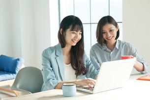 パソコンを使う20代女性2人の写真素材 [FYI01440148]
