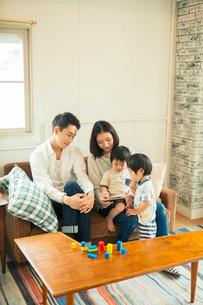 スマホを見る仲良し家族の写真素材 [FYI01440156]
