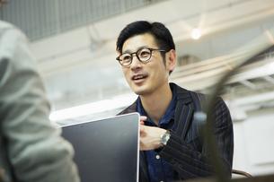 会話をする笑顔の30代男性の写真素材 [FYI01440172]