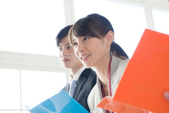 プレゼン中の会社員2人の写真素材 [FYI01440222]