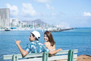 ベンチに座る男女の後ろ姿の写真素材 [FYI01440234]