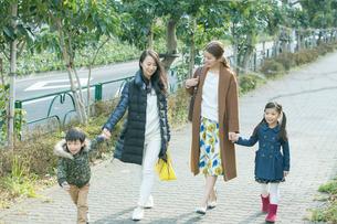 散歩をする2組の家族の写真素材 [FYI01440242]