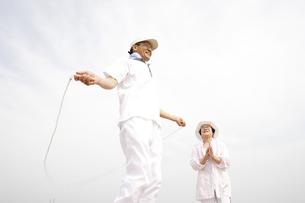 縄跳びをするシニア夫婦の写真素材 [FYI01440858]