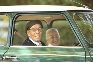 自動車を運転しているシニア夫婦の写真素材 [FYI01441070]