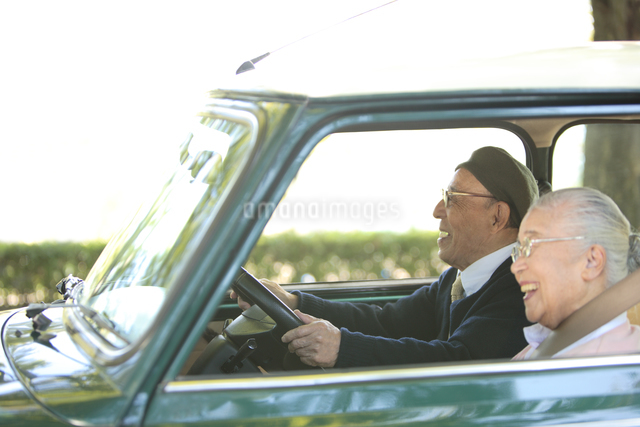 自動車を運転しているシニア夫婦の写真素材 [FYI01441093]