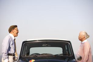 自動車の両脇に立つシニア夫婦の写真素材 [FYI01441103]