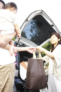 トランクから荷物を取り出す夫婦の写真素材 [FYI01441153]
