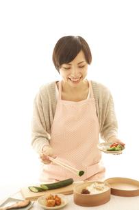 弁当を作る女性の写真素材 [FYI01441356]