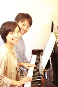 ピアノを楽しむ夫婦の写真素材 [FYI01441380]