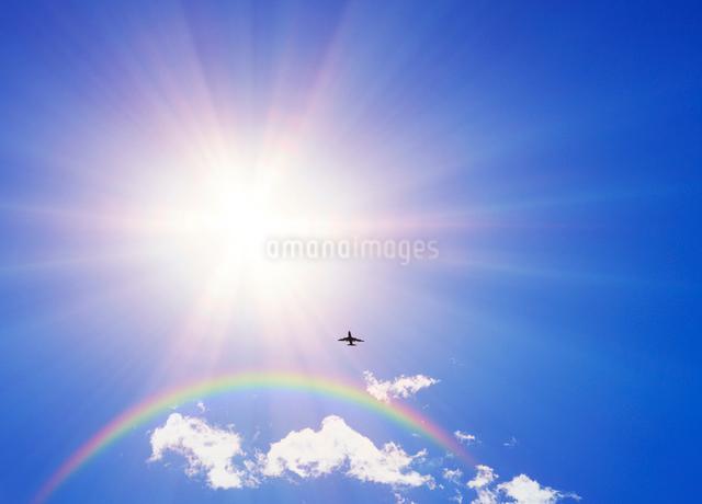 太陽と虹と飛行機の写真素材 [FYI01441414]