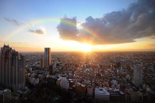 東京都庁舎展望室より望む夕日と富士山の写真素材 [FYI01441418]