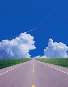 入道雲と道路の写真素材 [FYI01441504]