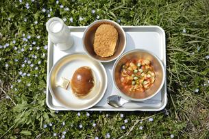 コロッケとロールパンと煮豆の給食の写真素材 [FYI01441550]