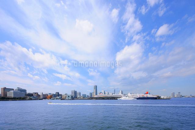 横浜大桟橋とみなとみらい21の写真素材 [FYI01441622]
