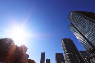 東京駅と丸の内ビル群の写真素材 [FYI01441626]
