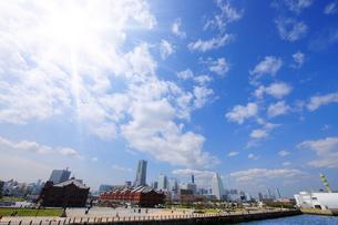 横浜赤れんが倉庫とみなとみらい21の写真素材 [FYI01441664]