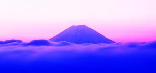 明け方の富士山の写真素材 [FYI01441702]