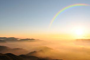乗鞍岳剣ケ峰山頂からの日の出の写真素材 [FYI01441737]