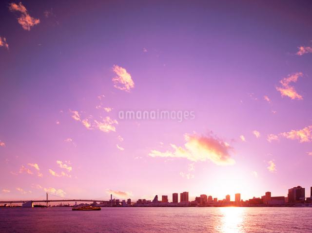 レインボーブリッジと東京港の夕日の写真素材 [FYI01441823]