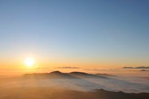 乗鞍岳剣ケ峰山頂からの日の出の写真素材 [FYI01441858]