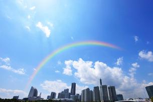 虹とみなとみらい21の高層ビル群の写真素材 [FYI01441861]
