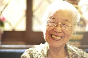 微笑むシニア女性の写真素材 [FYI01441886]