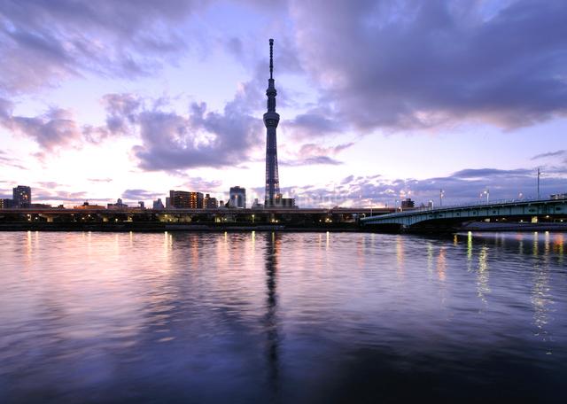 東京スカイツリーと夜明けの隅田川の写真素材 [FYI01441889]