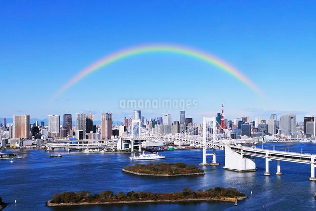 虹のレインボーブリッジと東京都心のビル群の写真素材 [FYI01441892]