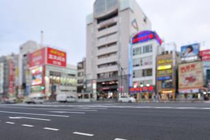 上野中央通りと上野商店街のビルの写真素材 [FYI01441924]