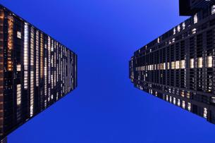 行幸通りから丸の内ビルと新丸の内ビルを仰ぐの写真素材 [FYI01441927]