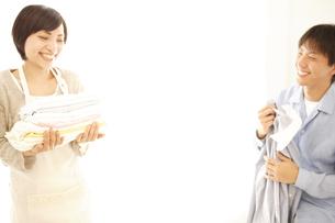 洗濯物を整理する夫婦の写真素材 [FYI01441957]