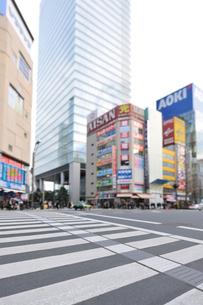 横断歩道と秋葉原電気街の写真素材 [FYI01441971]