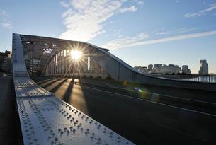 永代橋と初日の出の写真素材 [FYI01441984]
