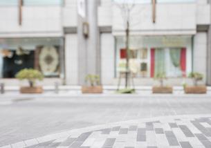 新宿の街の歩道とショーウインドーの写真素材 [FYI01441988]