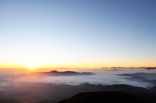 乗鞍岳剣ケ峰山頂からの日の出の写真素材 [FYI01442053]