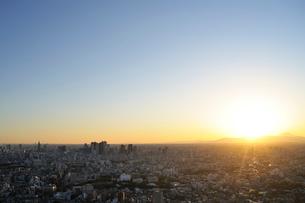 夕日と富士山と新宿副都心の写真素材 [FYI01442054]