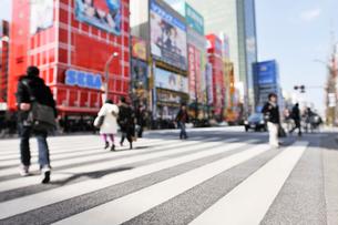 横断歩道と秋葉原電気街の写真素材 [FYI01442057]